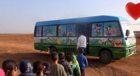 باص يتحول إلى مدرسة في مدينة درعا السورية