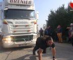 بالفيديو … جر بشعره سياره شحن وزن 12 طن وكسر الرقم القياسي